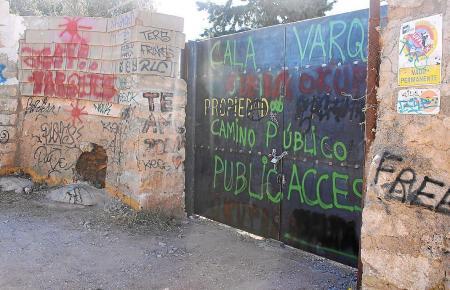 Der Zugang zum Grundstück, an dem die Badebucht Cala Varques im Inselsüdosten liegt, ist derzeit verschlossen. Auf dem Tor sind