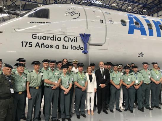 Kräfte der Guardia Civil vor dem getauften Flugzeug im Air-Europa-Hangar.