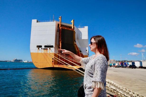 Ministerpräsidentin Armengol vor dem Frachter.