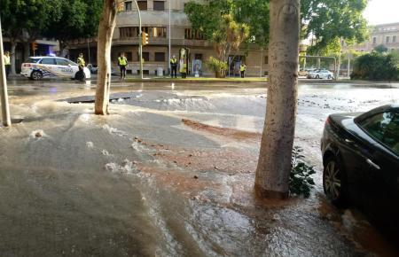 Als wäre ein Fluss über die Ufer getreten: Wasser aus dem Rohr.