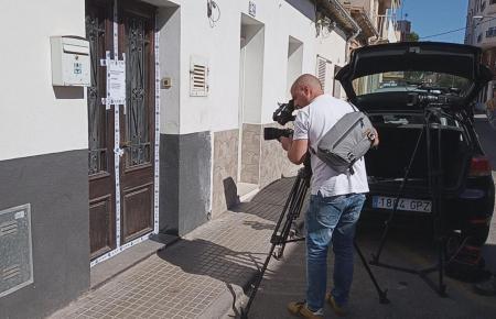 Ein Kamerateam vor der Wohnung, in der die Tote gefunden wurde.