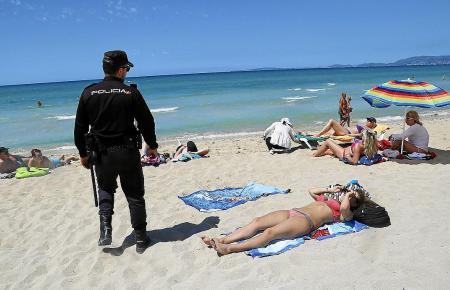 Die Polizeipräsenz an den Stränden der Playa de Palma wird erst zum Sommer wieder verstärkt. Das reicht den Anwohnern und Hotelv