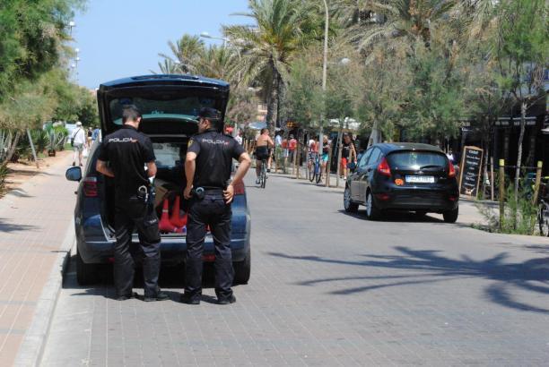 Polizisten an der Playa de Palma.