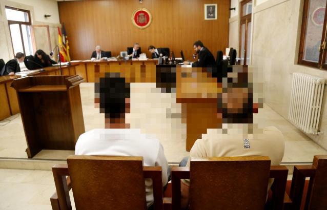 Der Angeklagte (links) vor Gericht auf Mallorca.