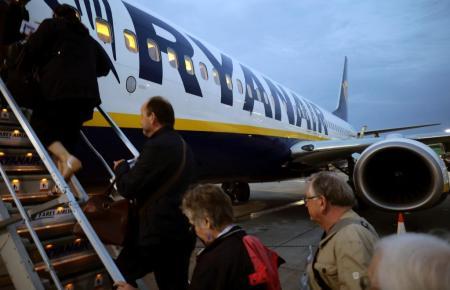 Passagiere besteigen einen Ryanair-Jet