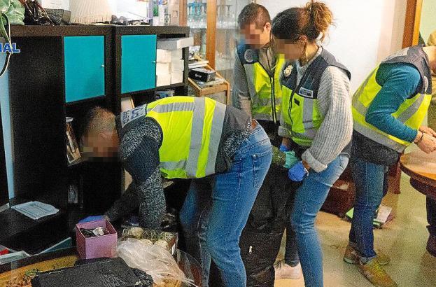Archivbild von einem anderen Einsatz von Polizisten in einem Bordell.