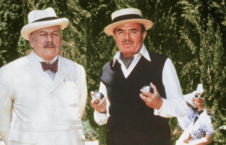 Meisterdetektiv Hercule Poirot (Peter Ustinov) unterhält sich mit dem Broadway-Produzenten Odell Gardener (James Mason, r.). Er