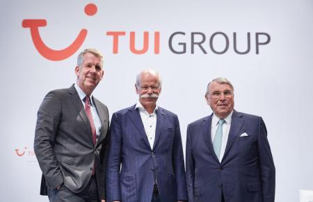 Der neue Tui-Aufsichtsratsvorsitzende Dieter Zetsche (M.) mit seinem Vorgänger Klaus Mangold (r.) und dem Tui-Vorstandsvorsitzen