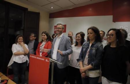 Bürgermeister José Hila (PSOE) sonnt sich im Wahlsieg.