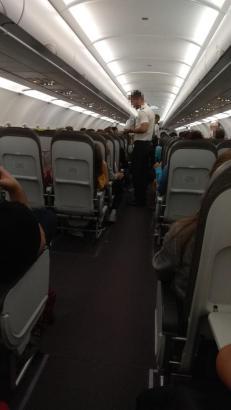 Passagiere warten in einem Flieger auf den Start.