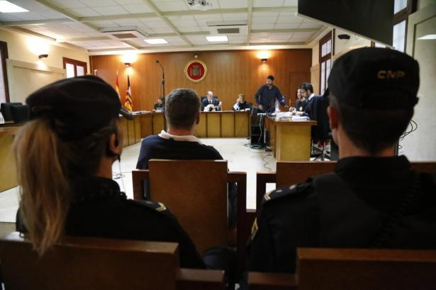 Der Angeklagte im Gerichtssaal.