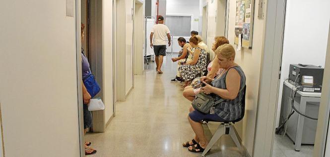 Wartende Patienten in einem Gesundheitszentrum in Palma.