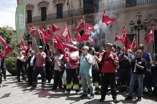 Gewerkschafter kamen am Dienstag zu einer Demonstration auf dem Rathausplatz zusammen.