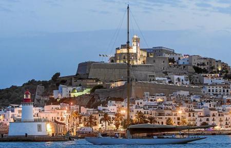 Blick auf die Hauptstadt von Mallorcas Nachbarinsel Ibiza.