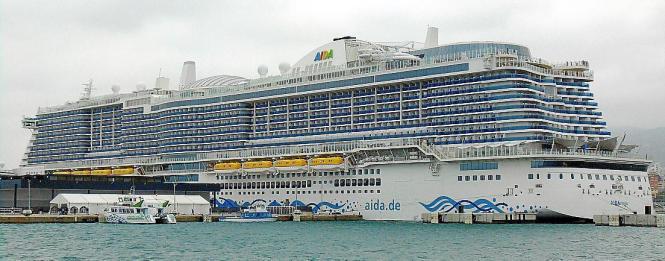 Kreuzfahrtschiff im Hafen von Palma.