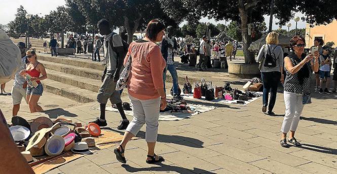 Straßenhändler und Urlauber in Palma.