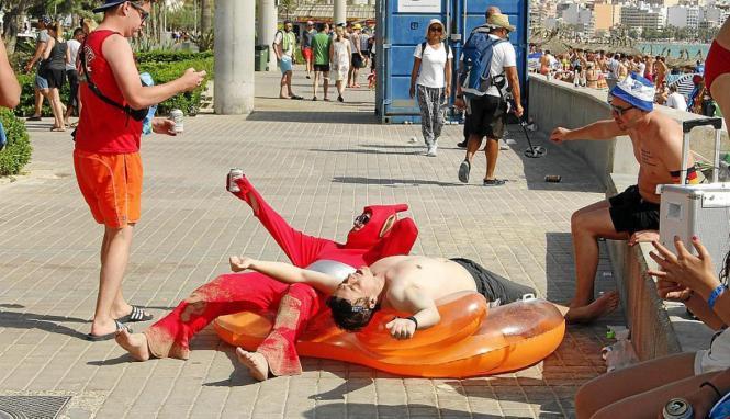 Betrunkene an der Playa de Palma.