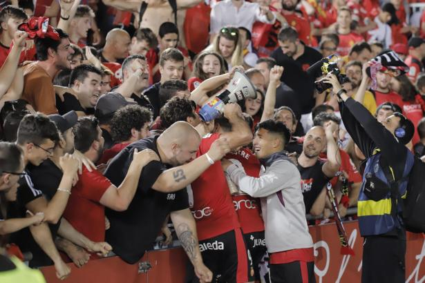 Es ist noch nicht der Aufstieg, aber gefeiert wurde schon mal. Abdón Prats schnappte sich ein Megafon und heizte den Fans ein.