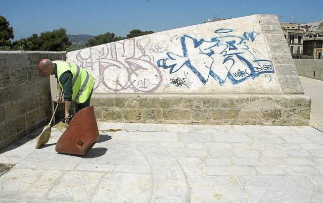 Auch Teile der Stadtmauer wurden verunstaltet.
