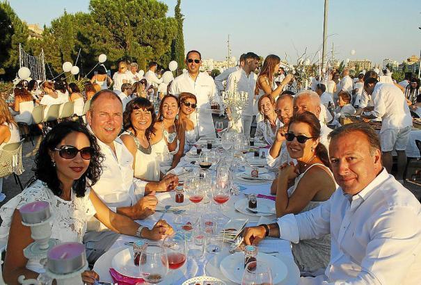 Bei Dinner in Weiß im Sa-Riera-Park kamen alten Freunde zusammen und neue Bekanntschaften wurden gemacht.