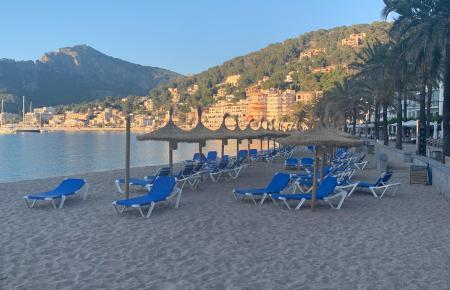 Eigentlich sollen die Strandliegen jeden Abend vom Strand entfernt werden.