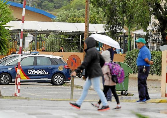Die Nationalpolizei war am Unglückstag für erste Ermittlungen in der Schule.