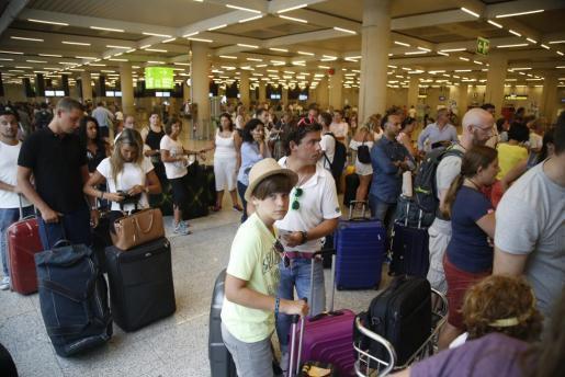 Menschenmassen im Mallorca-Flughafen.