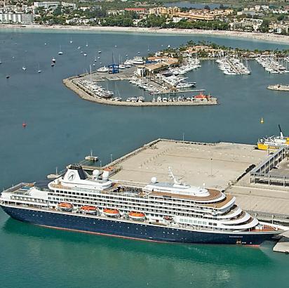 Kreuzfahrtschiff in Port d'Alcúdia.