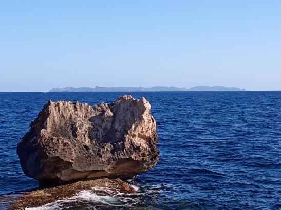 Schöne Meeresstimmung in Colònia de Sant Jordi mit der Mini-Insel Cabrera im Hintergrund..
