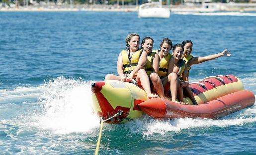 Eigentlich waren es die Urlauber an der Playa de Palma gewohnt, bereits im Juni mit Bananenbooten über die Wellen zu donnern.