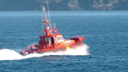 Einsatzkräfte der Polizei suchen nach einer Urlauberin, die über Bord eines Oceanliners gegangen ist.