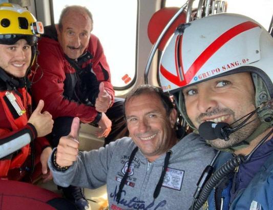 Nach ihrer glücklichen Rettung machten zwei Segler am Samstag ein Foto mit den Einsatzkräften im Helikopter.