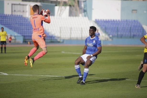 Kein Problem für Carl Klaus. Der deutsche Torwart von Atlético Baleares kommt vor Melilla-Kicker Moha Traoré an den Ball.