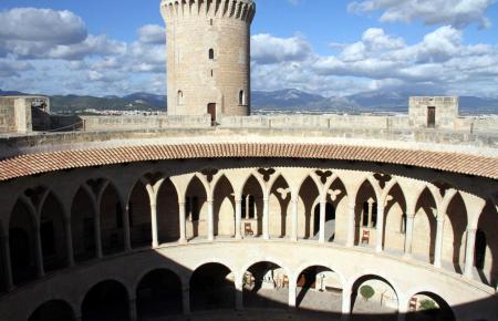 Das Schloss Bellver thront über Palma. An Sonntagen haben Besucher freien Zutritt zur Festung.