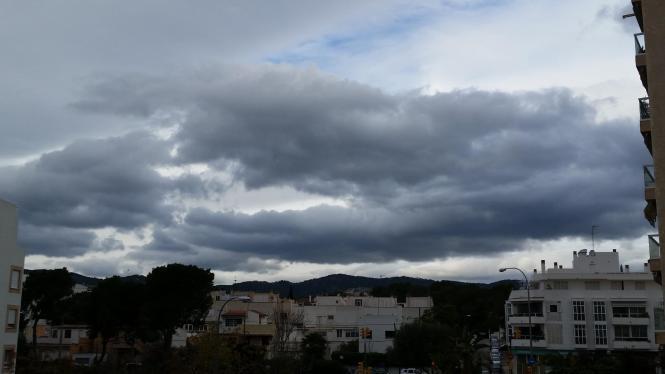 Wolkenverhangener Himmel über Mallorca.