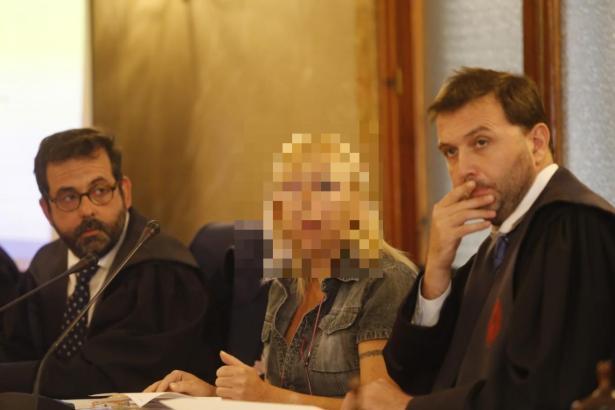 Die Beschuldigte und ihre beiden Anwälte vor dem Schwurgericht in Palma de Mallorca.