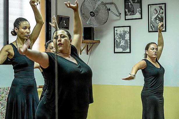 Annabelle Mandeng (l.) beim ersten Flamenco Unterricht in Sevilla bei Alicia Vega.