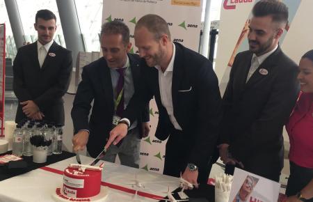 Laudamotion-Chef Andreas Gruber (Mitte) mit Roberto Llamas von Flughafenbetreiber Aena (2.v.l.) beim Tortenanschnitt zur offizie