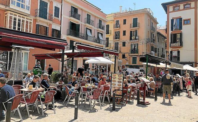 Auf der Plaza del Coll laden gleich mehrere Terrassen zum Verweilen ein.