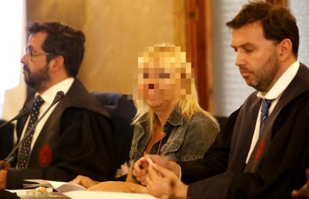 Svetlana B. mit ihren Anwälten auf Mallorca.