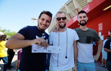 Diese Real-Mallorca-Fand haben gut lachen – sie konnten sich ihre Karten für das Spiel am Sonntag sichern.