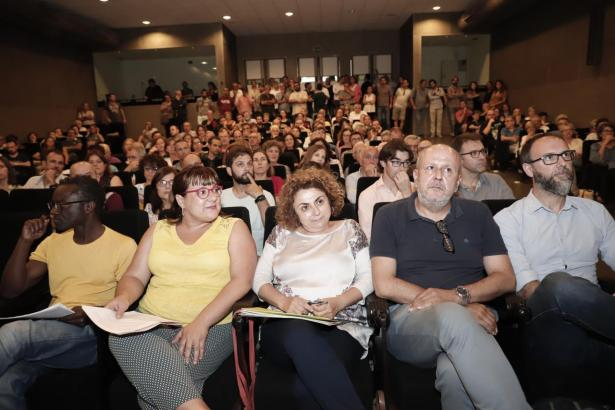 Basisversammlung von Més mit der Parteispitze in der ersten Reihe.