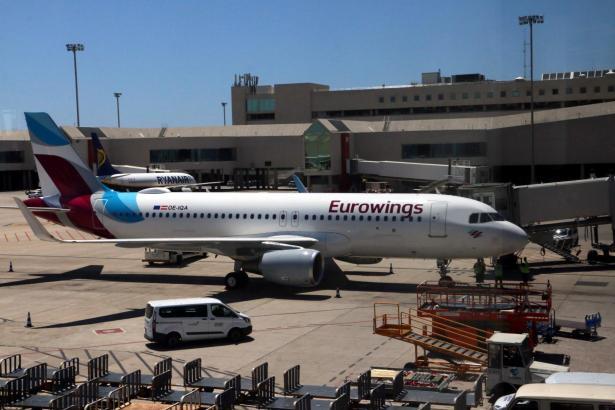 Eine Eurowings-Maschine am Flughafen von Palma den Mallorca.