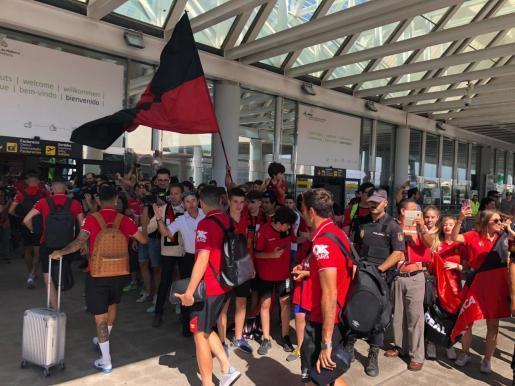 Am Flughafen wurden die Real-Mallorca-Kicker am Mittwoch von zahlreichen Fans verabschiedet.