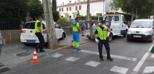 Das Taxi geriet an einem Fußübergang auf den Bürgersteig und blieb an einer Einfahrt im Ortsteil Es Viveró hängen.