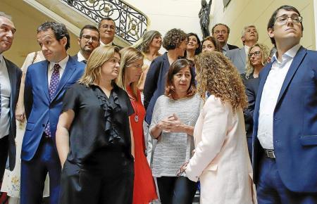 Francina Armengol zwischen ihren Ministern.