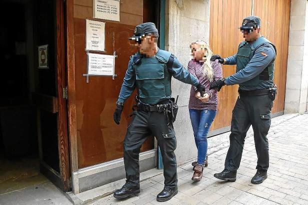 Die Angeklagte in Handschellen vor Gericht auf Mallorca.