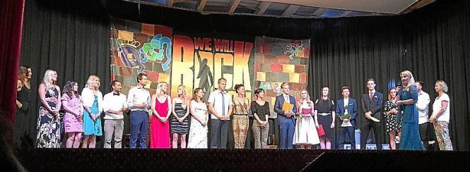 Alle auf einer Bühne: Die fünf Abiturienten, die Lehrer und die Leitung der Deutschen Schule Eurocampus.