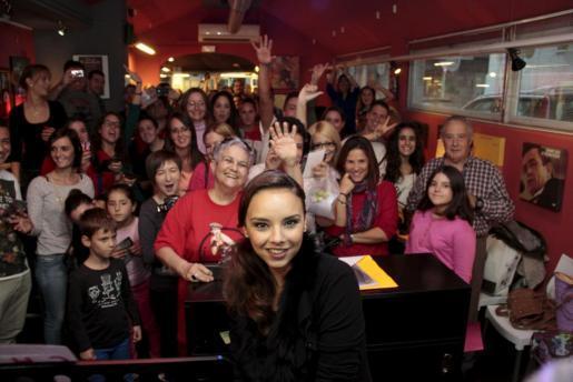 Mallorcas Inselsängerin Chenoa mit Fans.