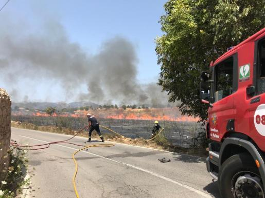 Feuerwehrleute bei der Bekämpfung des Brands.